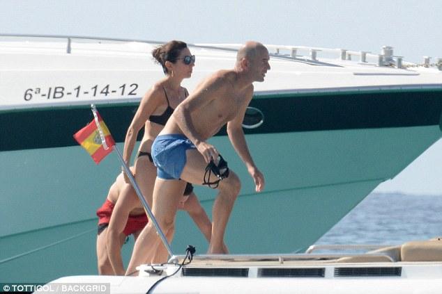 Ќе искршите врат по неа: Сексапилната сопруга на Зидан на јахта ќе ви го помати умот за крај на летото (ФОТО)
