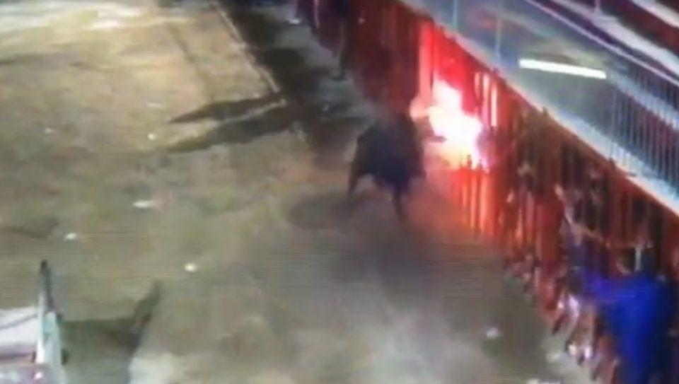 ВОЗНЕМИРУВАЧКО ВИДЕО: Бик со запалени рогови уби човек