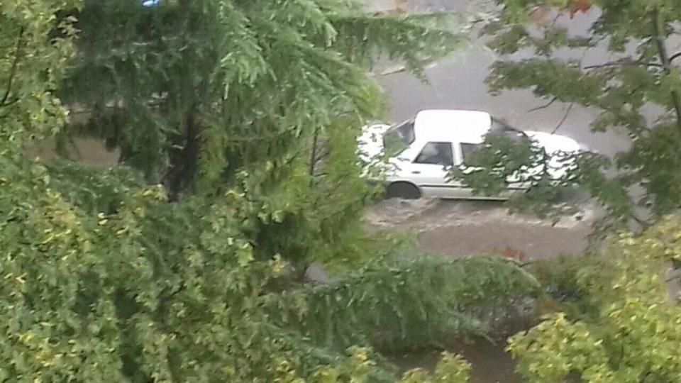 (ФОТО) Гази Баба по краткиот дожд: Неисчистената атмосферска канализација ги поплави улиците на Автокоманда
