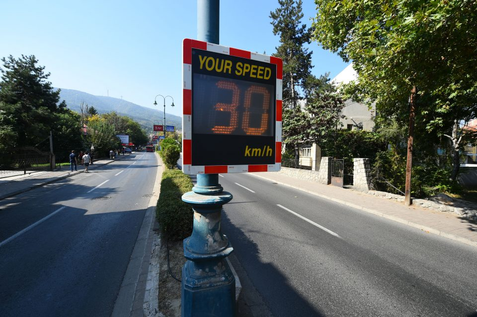 Поставени дигитални мерачи за брзина пред 5 средни училишта во Скопје