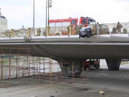 """БМВ удри во оградата на мостот """"Гоце Делчев"""", тројца повредени"""