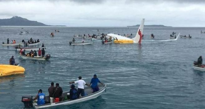 Драма: Aвион ја промаши пистата и заврши во море (ВИДЕО)