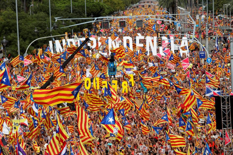 Каталонците ги преплавија улиците на Барселона: Повеќе од милион луѓе повторно побараа отцепување од Шпанија (ВИДЕО)