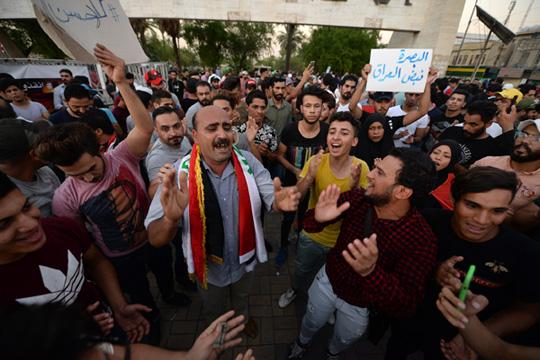Демонстранти го запалија иранскиот конзулат во Басра
