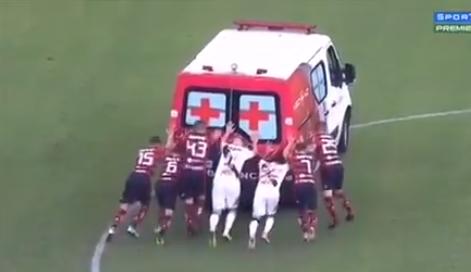 ВИДЕО: Невидена сцена во Бразил, фудбалерите го туркаа амбулантното возило