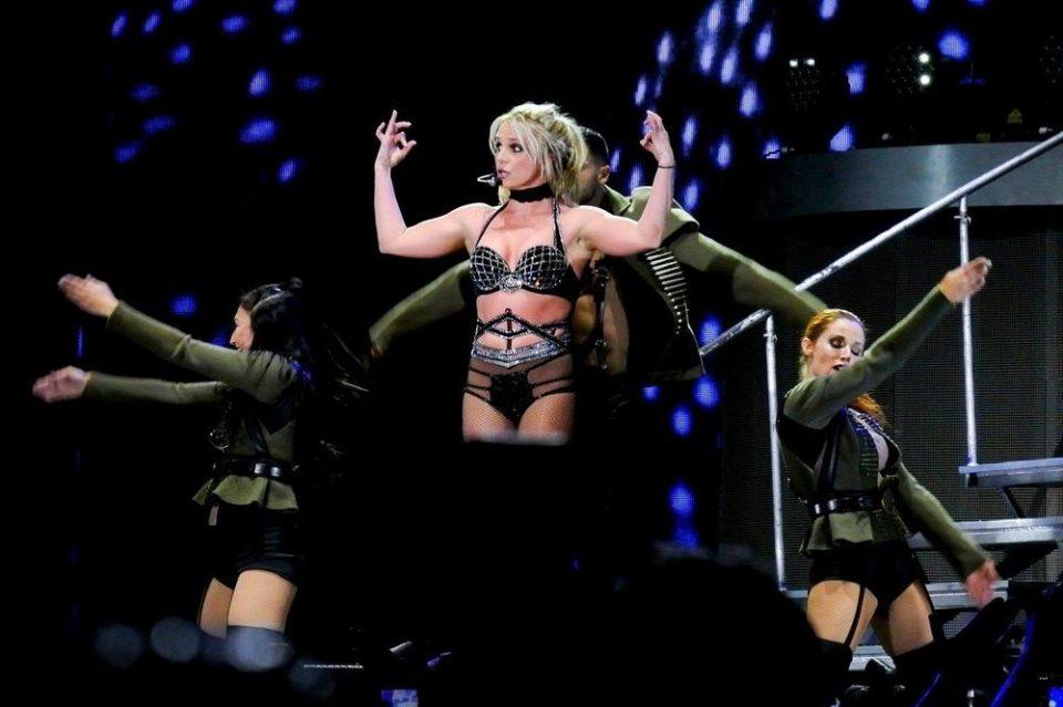 """Фановите брзо заборавија дека се појави по гаќички: Славната пејачка направи гаф кој предизвика вистинска """"војна"""" на Твитер (ВИДЕО)"""