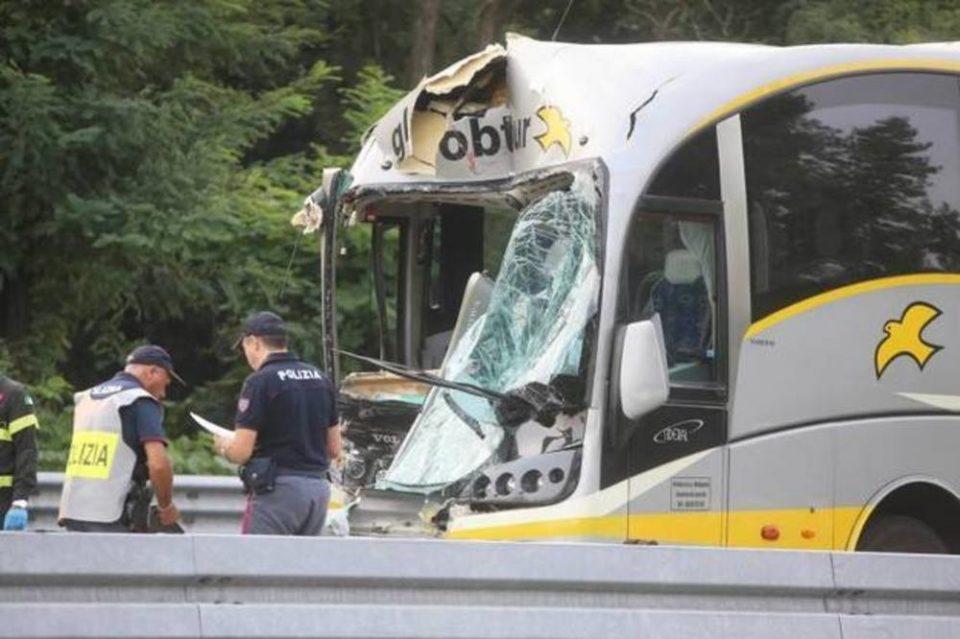 ТРАГЕДИЈА ВО РЕГИОНОТ: Автобус со босански ученици се судри со камион во Италија, возачот загина на лице место (ФОТО)