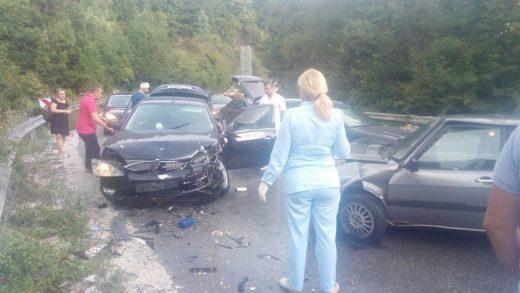 Тешка сообраќајка пред Стража, повредени неколку лица, сообраќајот во прекин