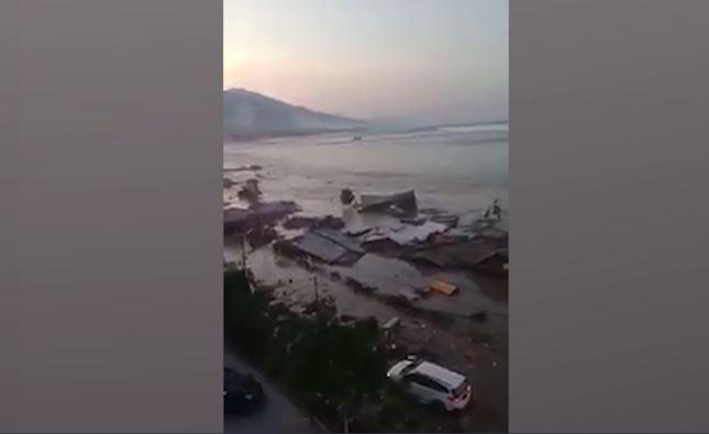 Ужасни сцени од кои ќе ви замрзне срцето: Цунами покоси два индонезиски града кои повеќе не постојат (ВИДЕО)