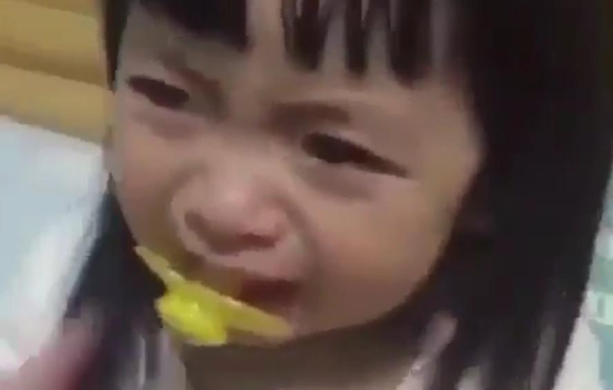 ВИДЕО: Ова слатко девојче плаче, а вие откако ќе го видите ќе се смеете цел ден