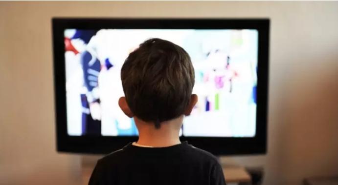 Родители, заштитете го своето дете: Загрижувачко предупредување за последиците од гледањето на телевизија