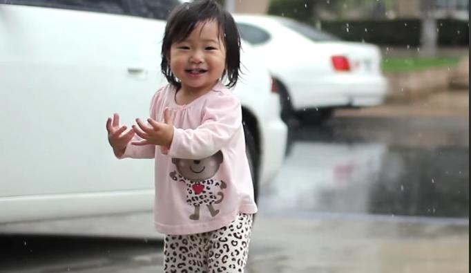 Ова девојче ќе ви го разубави денот: Таа за прв пат гледа дожд, а нејзината реакција ќе ве освои (ВИДЕО)