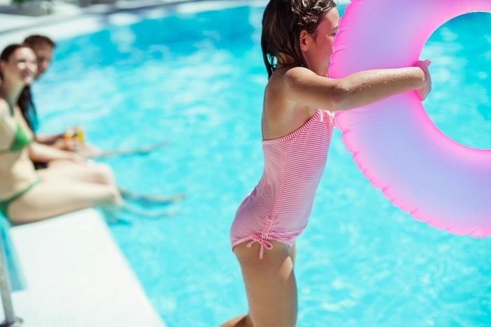Девојче згазило на гола жица покрај базен во Кушадаси, па настанал хорор: Мајката притрчала да ја спаси, па се онесвестила (ФОТО)