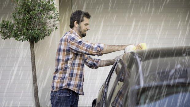 Додека сите бегаа од дождот, тој зема сунѓер и направи нешто корисно (ВИДЕО)