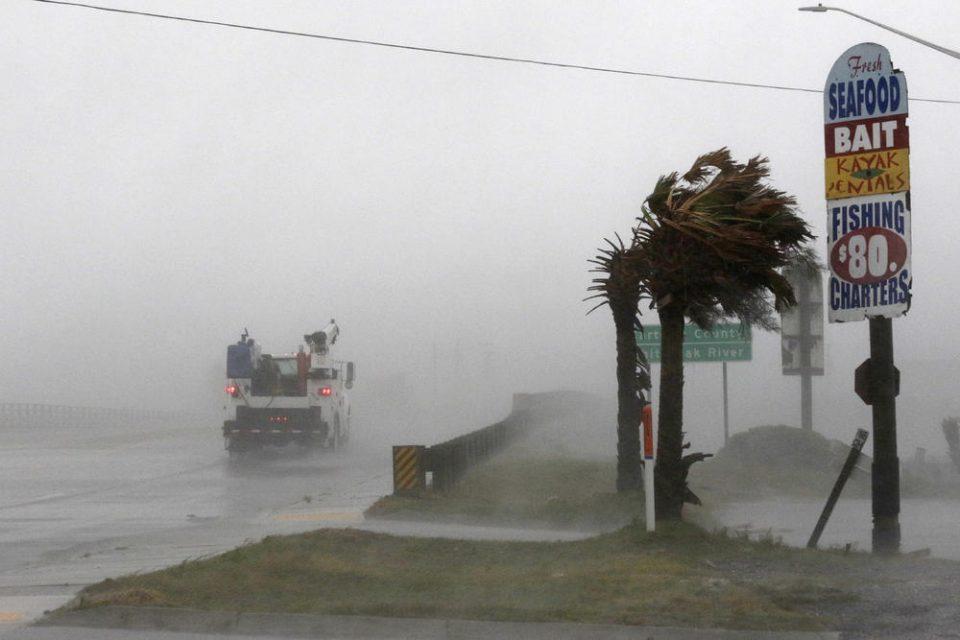 Први удари од ураганот Флоренс: 160.000 луѓе останаа без струја, бројот се очекува да порасне на неколку милиони (ВИДЕО)