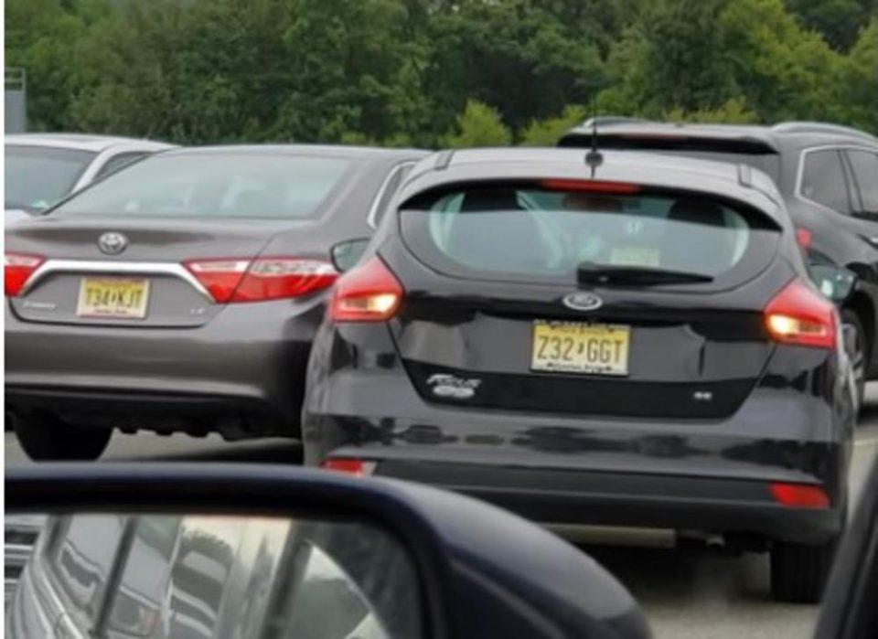На никого не му е јасно како таа има возачка: Удри автомобил на паркинг, а потоа направи нешто глупо (ВИДЕО)