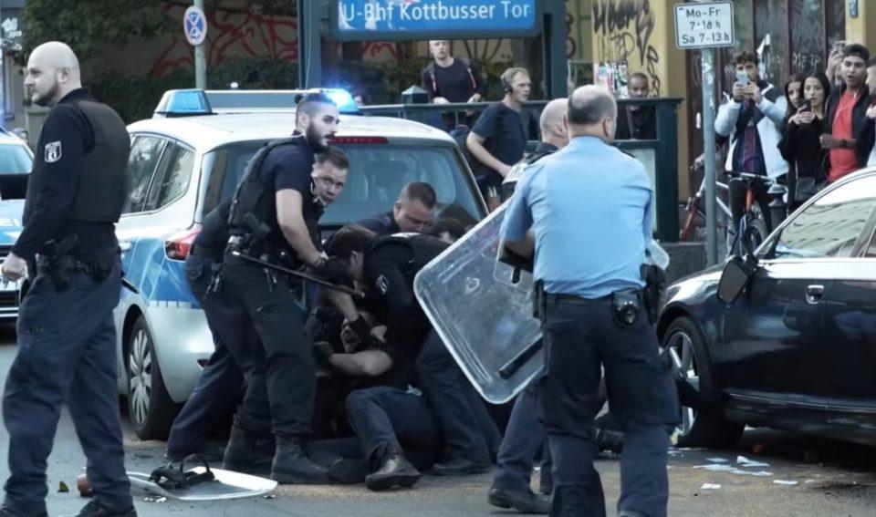 ВИДЕО: Полицајци среде бел ден претепаа младо невооружено момче