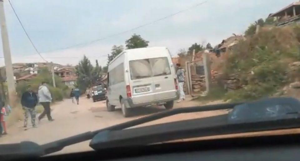 ВИДЕО: Гласачи во Штип со комбе организирано се носат на гласање