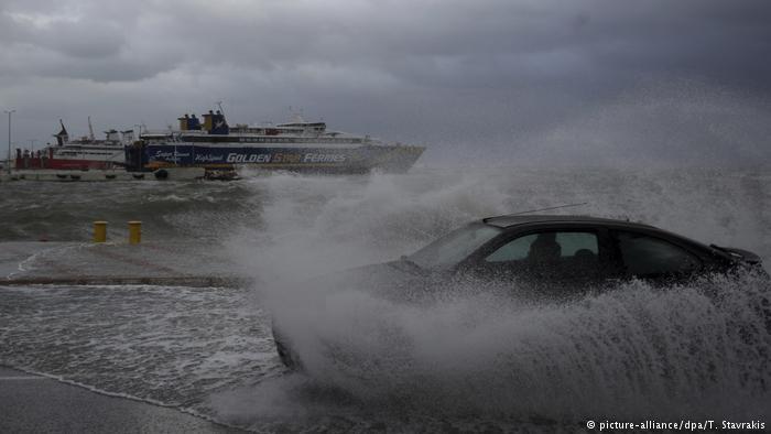 Грција на готовност: Циклонот Зорбас се заканува со бранови од осум метри