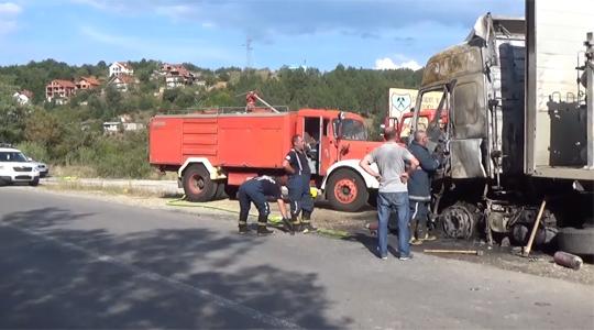 Се запали камион со метан пред Македонска Каменица, спречена поголема несреќа