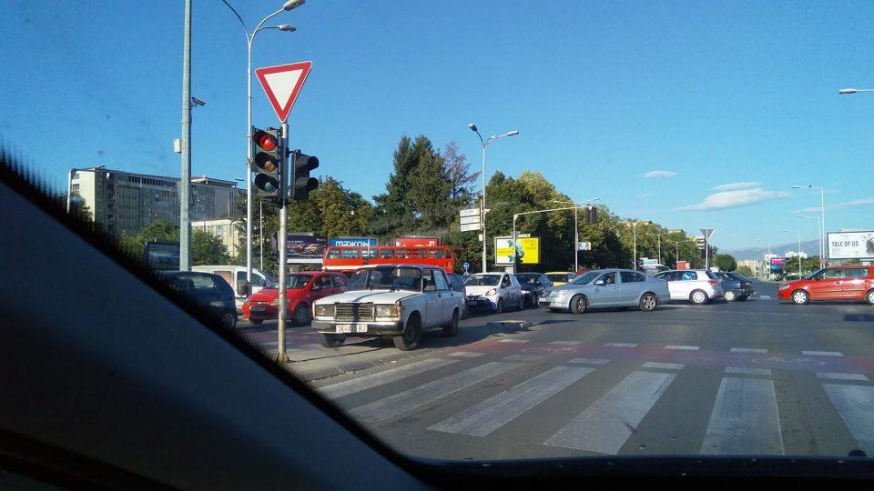 Драма во Скопје: 19 годишно момче претепано во Карпош од три лица, кои му го одзеле автомобилот, а подоцна направиле две сообраќајки
