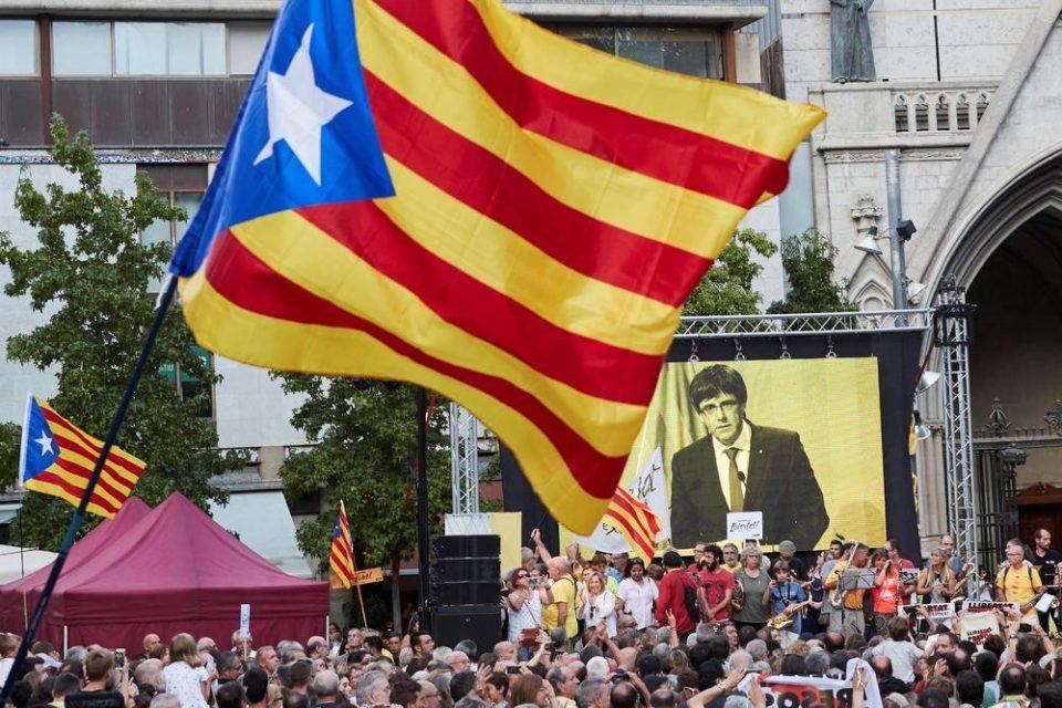 """Барселона денеска ќе """"гори"""": Каталонците слават свој национален празник, Мадрид праќа полициски сили (ВИДЕО)"""