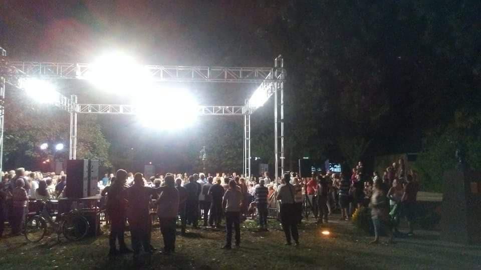 Шекеринска вечерва во Кисела Вода: Повторно мал број граѓани ја пречекаа министерката за одбрана