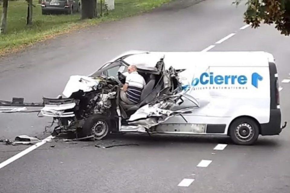 Ја избегна смртта за влакно: Комбе потполно смачкано во судир, а на возачот не му беше ништо (ВОЗНЕМИРУВАЧКО ВИДЕО)
