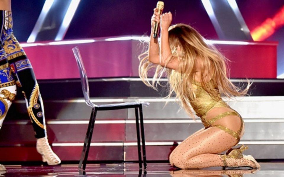 Нејзиниот задник е заштитен, но не и отпорен: Џеј Ло падна на сцена, публиката со пофалби за реакцијата (ВИДЕО)