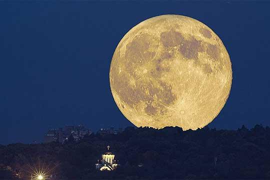 Науката открива зошто на Месечината гледаме лице