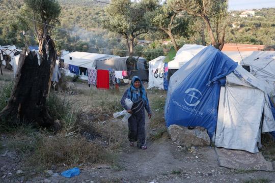 Пожари и изгорени шатори пред прифатниот центар за бегалци и мигранти на грчкиот остров Самос