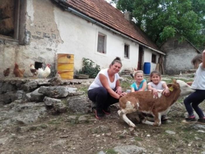 За Милена зборува цел Балкан: Сама се грижи за 4 ќерки, 40 крави, 8 овци, а се брани и од волци