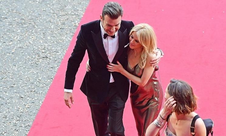 Сите погледи вперени кон нив: Кајли го покажа новото момче на црвениот килим (ФОТО)