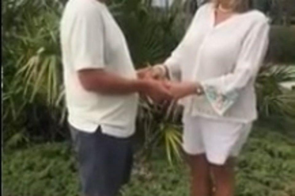Ураганот не е доволно силен да ја сруши нивната љубов: Пар се венчаше на плажа додека убиственото невреме дивее (ВИДЕО)