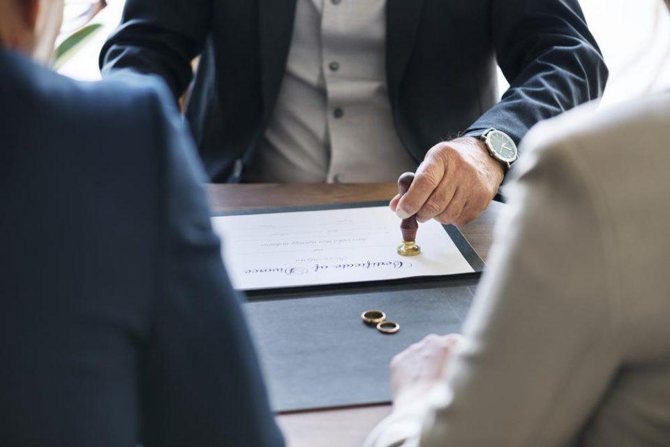 Ги тужела адвокатите поради бизарна причина: Се развела од мажот, но не и објасниле нешто што се подразбира