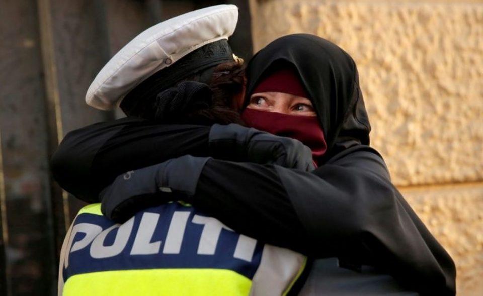 Настан кој го подели светот: Поради оваа прегратка со расплакана демонстрантка, полицајка е под истрага