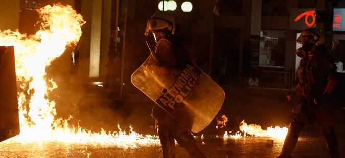 Демонстранти се судрија со полицијата во Грција: Фрчеле камења и солзавци