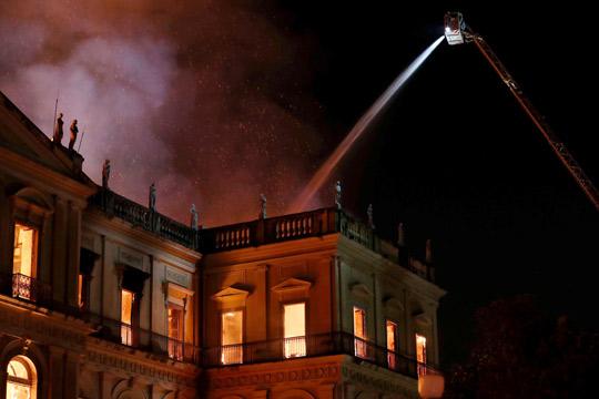 Голем пожар уништи познат музеј во Рио де Женеиро