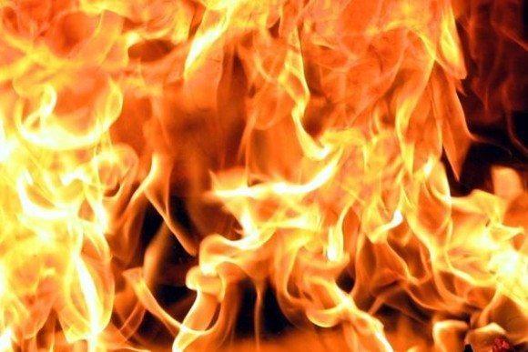 Работник се обидел да изгасне пожар во компанија, со изгореници пренесен во болница