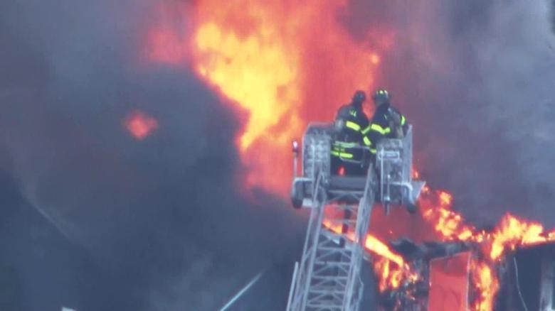 Евакуирани три града: Истекување на гас предизвика експлозии во САД, едно лице загина, голем број повредени (ВИДЕО)