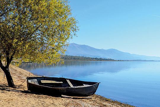 За еден сантиметар намален водостојот на Преспанското Езеро