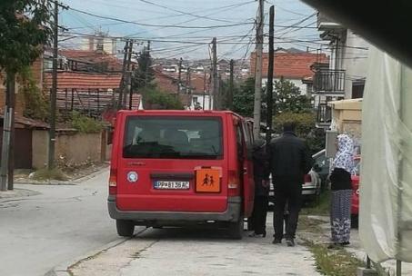 ЛИДЕР: Ромите во Прилеп ги носат организирано на гласање со државни комбиња