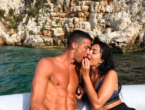 Голи и мокри: Сопругата на Роналдо во црна танга ќе ви го помати умот додека лежи во негови прегратки на јахта (ФОТО)