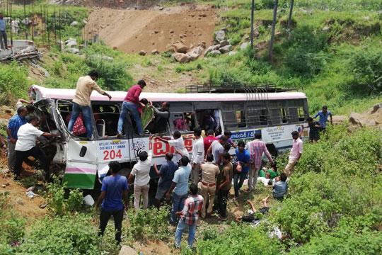 Автобус падна во клисура: Најмалку 55 загинати, 33 лица повредени