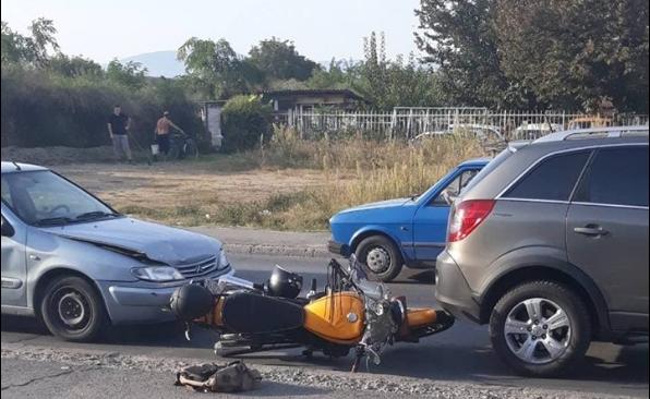 Сообраќајка во Бутел попладнево: Се судрија автомобил, мотор и џип (ФОТО)
