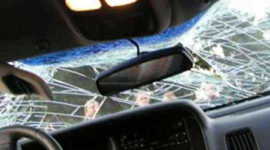 Се судрија три автомобили, повредени две лица