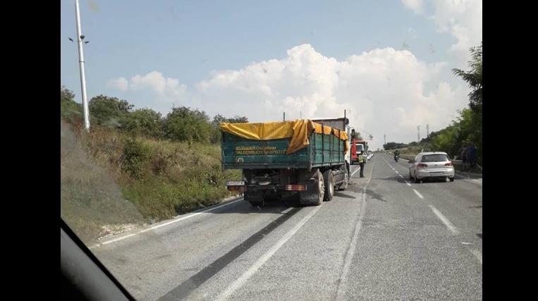 Тешка сообраќајка на Плетвар: Се судрија два камиони, пожарникари го сечат еден од камионите за возачот да излезе (ФОТО ГАЛЕРИЈА)