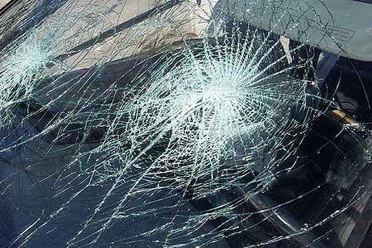 Автомобил излета од пат и се преврте, девојка повредена во несреќата
