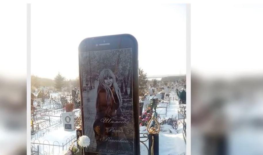 Русин на загинатата ќерка и подигнал бизарен споменик: Чуварите мислеле дека халуцинираат кога првпат го виделе (ФОТО)