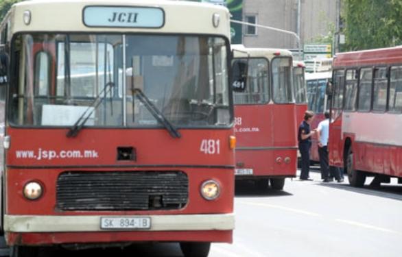 Граѓаните гневни на челниците на ЈСП и Град Скопје: Вие на работа одите со луксузни возила, нас ни ги праќате старите автобуси